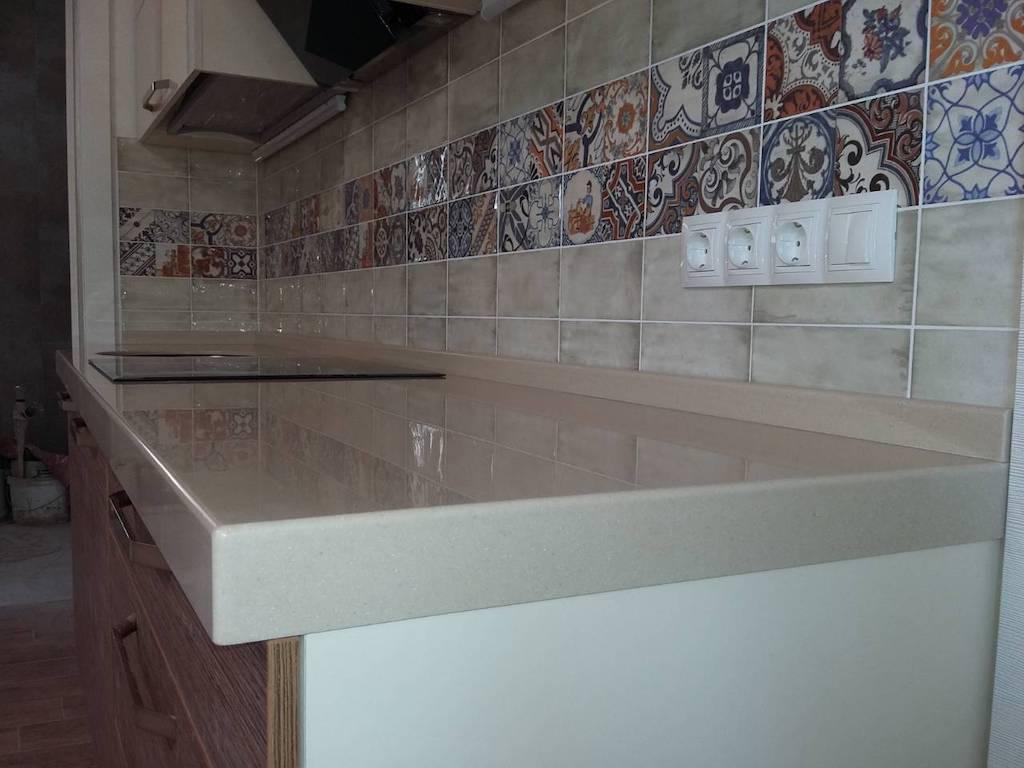 Столешница сложной формы с выборкой и мойкой из нержавеющей стали (вклейка снизу) для кухонного гарнитура (камень Grandex и др. цвета в ассортименте)