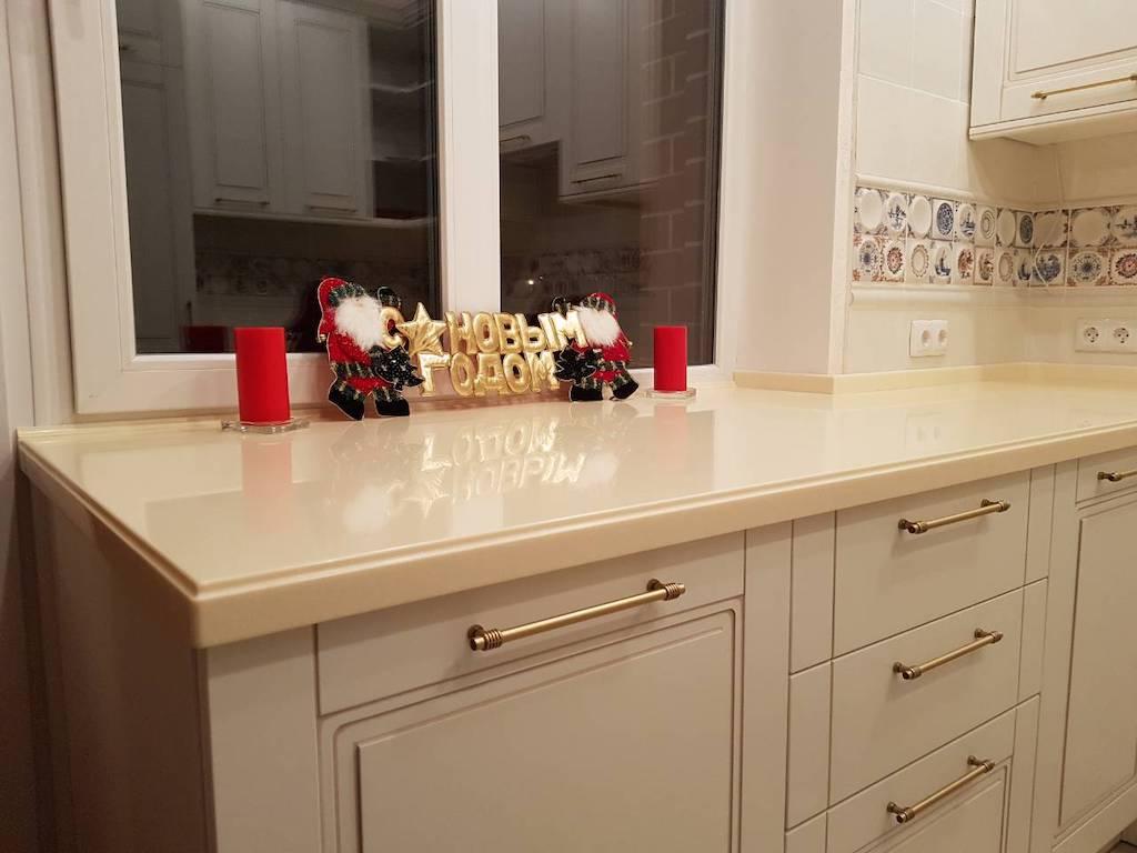 П-образная столешница с фигурным свалом для кухонного гарнитура Классика. (камень Akrilika Stone и др. цвета в ассортименте)