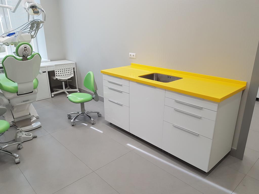 Столешница с мойкой из нержавеющей стали (вклейка снизу) и пристеночным бортиком для медицинского кабинета (камень Grandex и др. цвета в ассортименте)