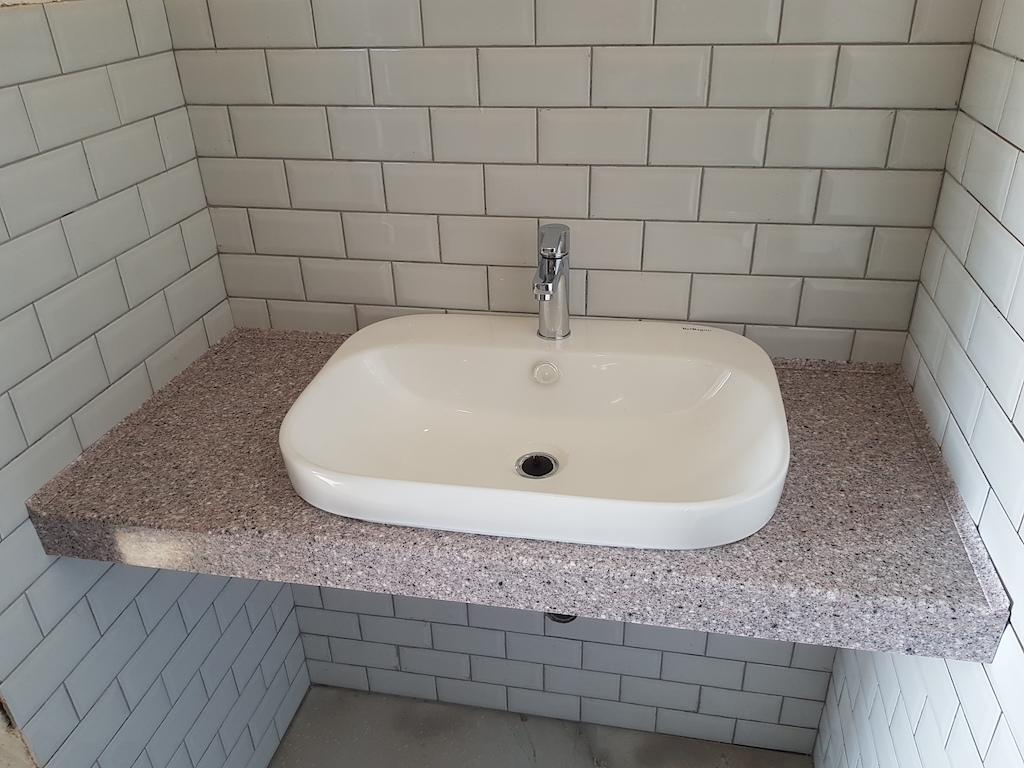Подвесная столешница с накладной керамической раковиной для ванной комнаты (камень Akrilika Stone и др. цвета в ассортименте)