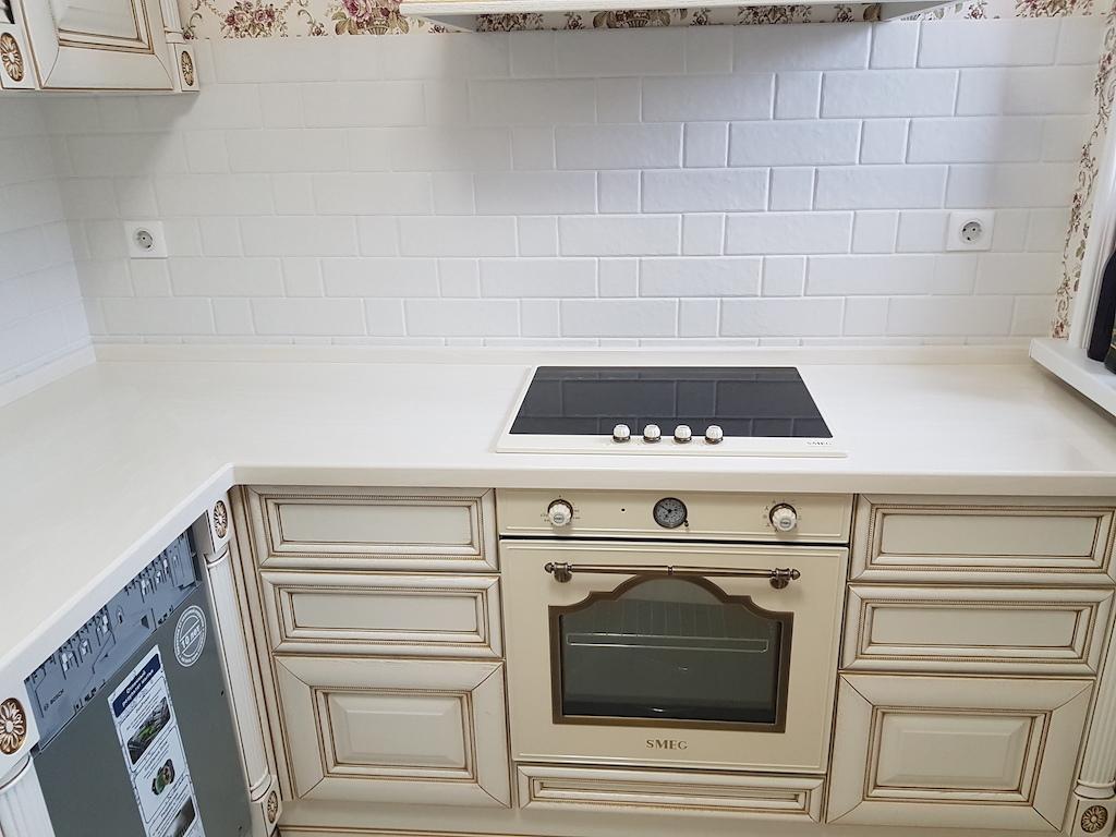 Угловая столешница для кухонного гарнитура в классическом стиле (камень Akrilika Stone и др. цвета в ассортименте)