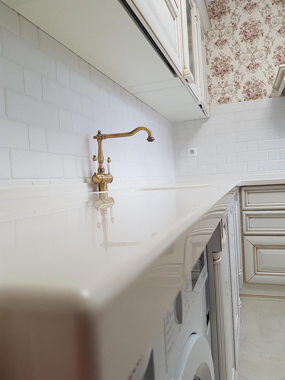 Угловая столешница для кухонного гарнитура в классическом стиле (камень Akrilika Stone и др. цвета в ассортименте) Фото 2 (литая интегрированная мойка)
