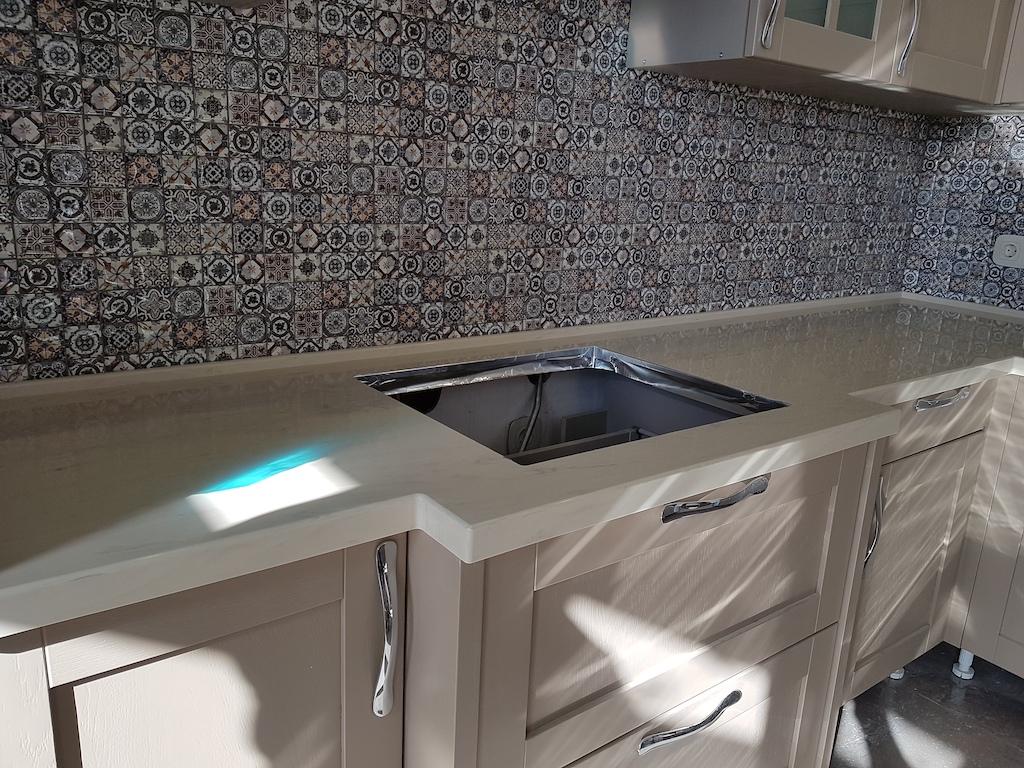 Угловая столешница с порталом для кухонного гарнитура Прованс (камень Grandex и др. цвета в ассортименте) Фото 2 (портал)