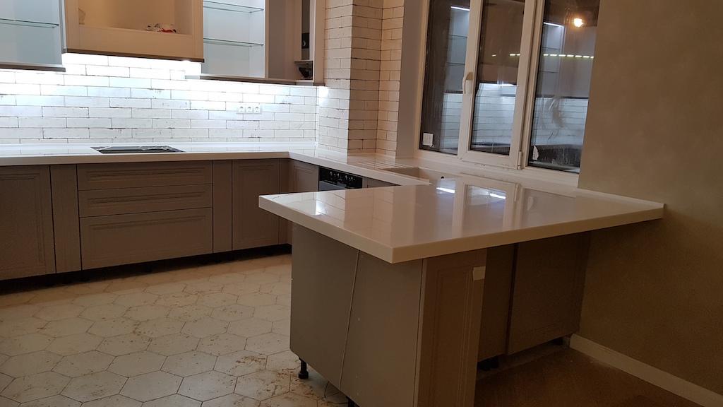 П-образная столешница для кухонного гарнитура с полуостровом (камень Akrilika Stone и др. цвета в ассортименте)