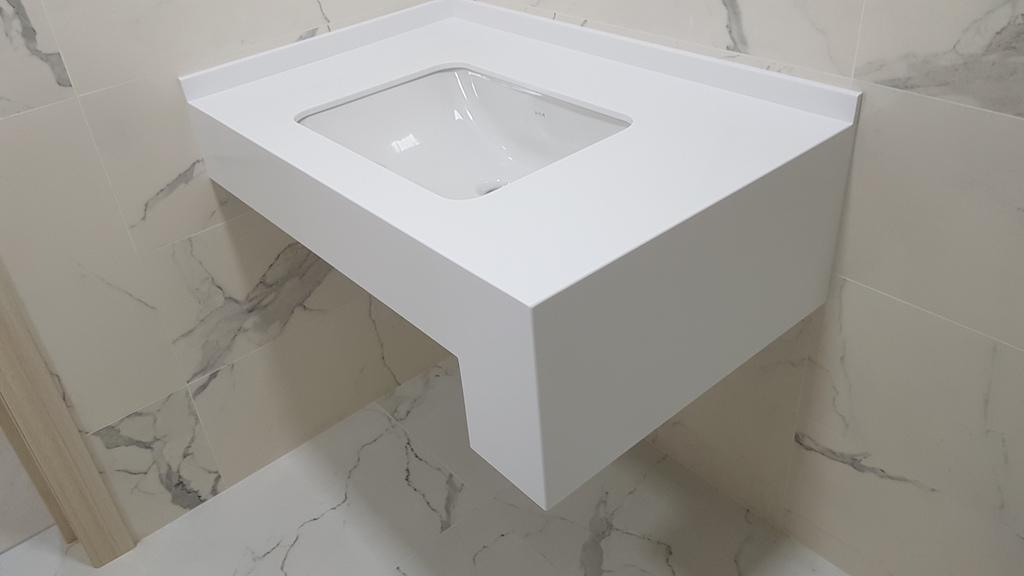 Подвесная столешница в стиле high-tech и керамической мойкой (вклейка снизу) для ванной комнаты (камень Samsung Staron и др. цвета в ассортименте)