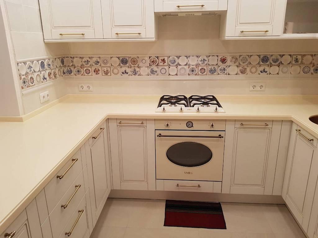 П-образная столешница с фигурным свалом для кухонного гарнитура Классика (камень Akrilika Stone и др. цвета в ассортименте)