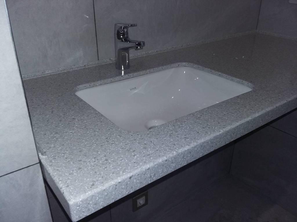 Подвесная столешница с керамической раковиной (вклейка снизу) для ванной комнаты (камень Akrilika Stone и др. цвета в ассортименте)