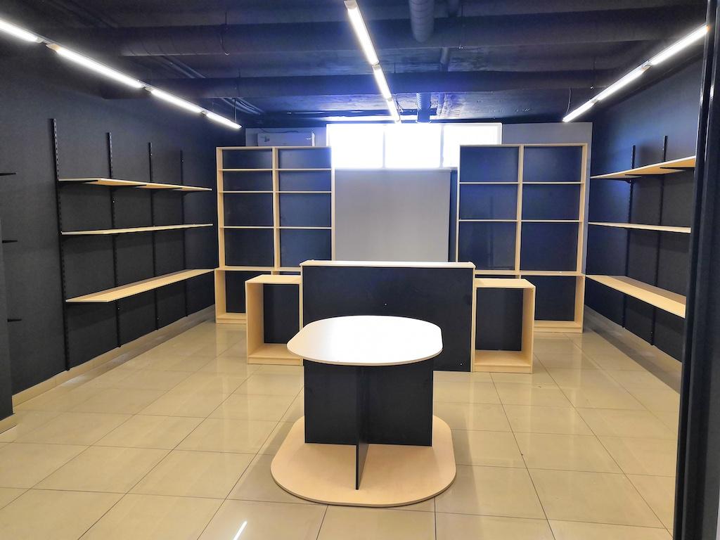 Оборудование торгового зала магазина Круча ЛДСП Egger и алюминиевая система регулируемых полок