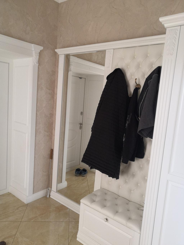 Открытая часть прихожей Грация банкетка и щит с каретной стяжкой эккожа White зеркало в обрамлении декоративных колонн